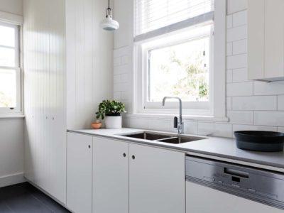 Quel carrelage au sol dans une cuisine blanche ?