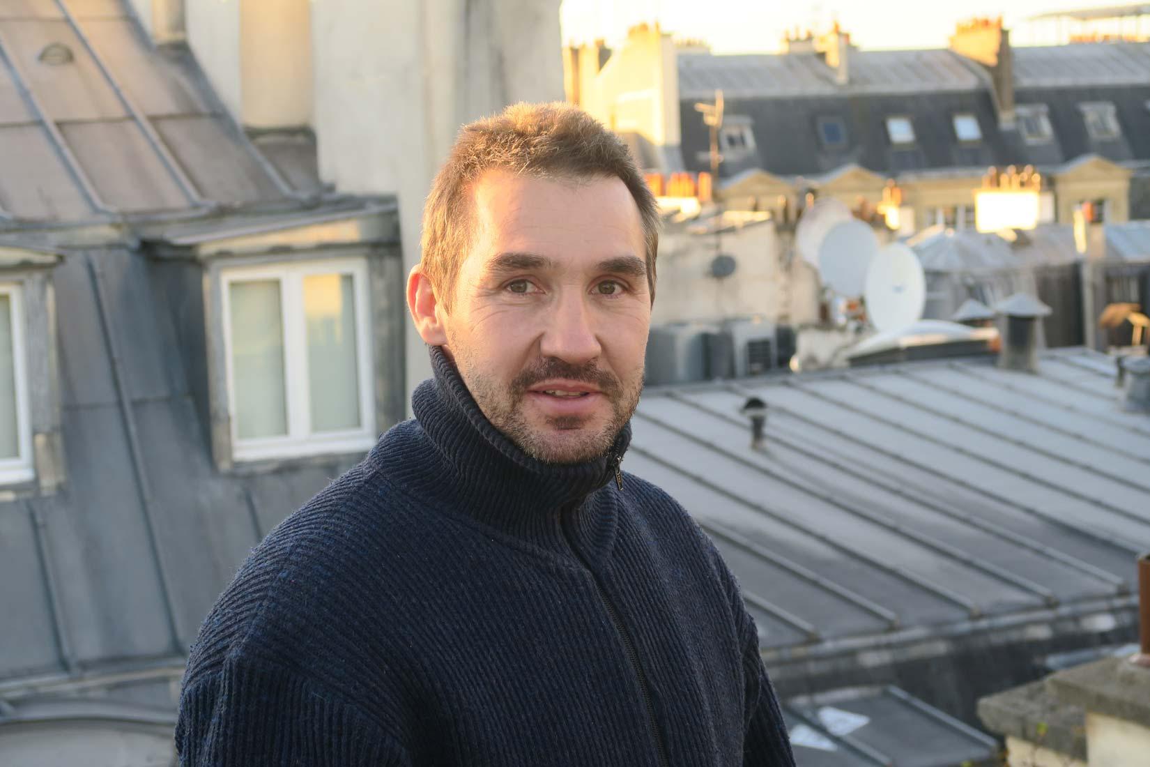 Pose d'une toiture en zinc d'un immeuble parisien