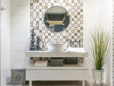 Le panneau mural pour salle de bain : beau et pratique !