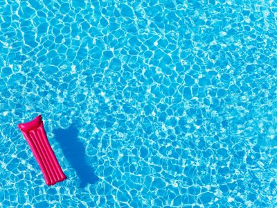 Piscine : les solutions pour un traitement de l'eau moins chimique