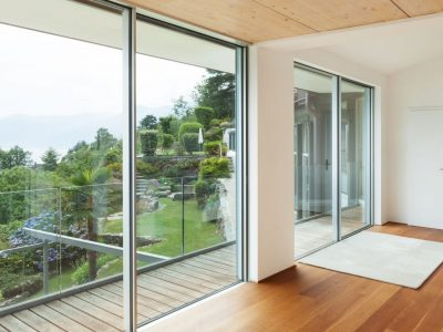 Portes et fenêtres: que choisir pour une maison adaptée?