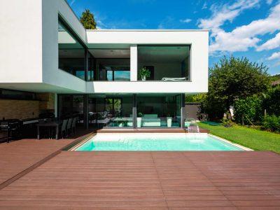 Craquez pour la terrasse mobile de piscine : un concept tendance et pratique !